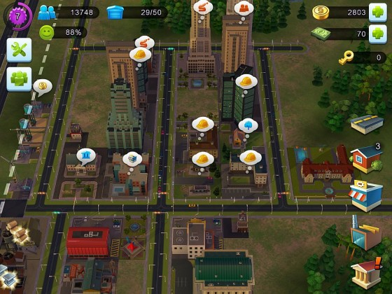 Diese Abbildung zeigt meine Stadt, wie sie in Level 7 aussah. Überall, wo ein Spruchbläschen ist, erwartet das Spiel eine Aktion. Unten links siehst Du fertigproduzierte Güter, die man entweder zum Bauen einsetzt oder auch für ein paar Münzen verkaufen kann.